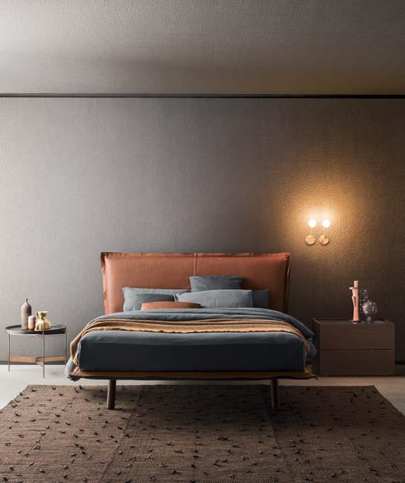 letto in pelle gambe in legno, comodino atlante e tavolino abaco ocn piano removibile Pianca