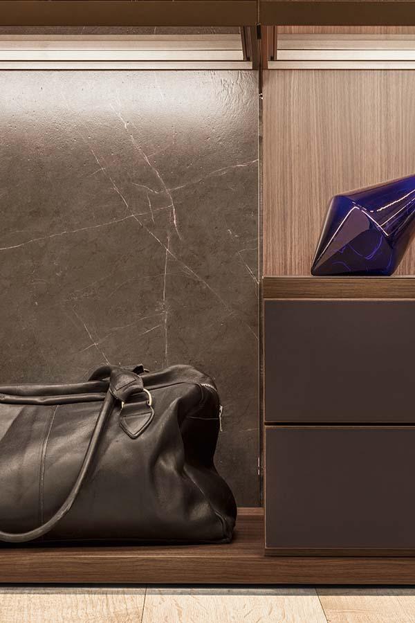 dettaglio con schienale in marmo materico per cabina su misura personalizzabile in finiture e dimensioni Pianca
