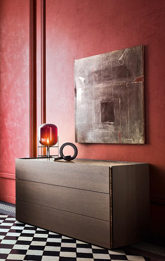 comò e comodini moderni di design, piano in marmo emperado, cassetti in legno borgogna Pianca