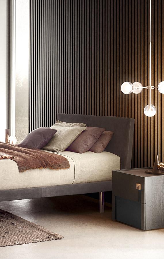 letto beta con rivestimento in pelle, gambe in metallo e comodino logos con pomello in metallo color oro pianca