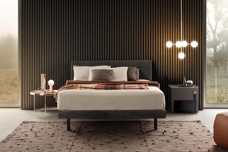 beta letto imbottito in pelle piedi in metallo, taovlino abaco in metallo color oro con piano rimovibile, comodino logos design Calvi Brambilla per Pianca