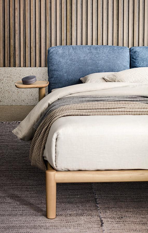 dioniso letto in legno massello di frassino spazzolato con vassoi girevoli e testiera con cuscini design italiano by Cazzaniga Mandelli Pagliarulo per Pianca