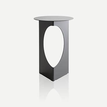 tavolino con piano rotondo in metallo verniciato grigio design Tim Kerp per pianca