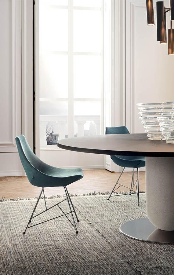 sedia con tessuto azzurro e base in traliccio tubolare pianca tavolo rotondo ettore