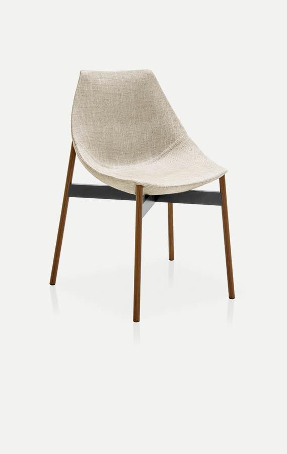 gamma sedia in tessuto bianco con gambe in metallo rivestite in legno canaletto pianca