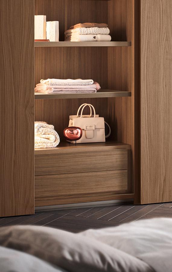 interno con ripiani in legno illuminati e cassetti Pianca