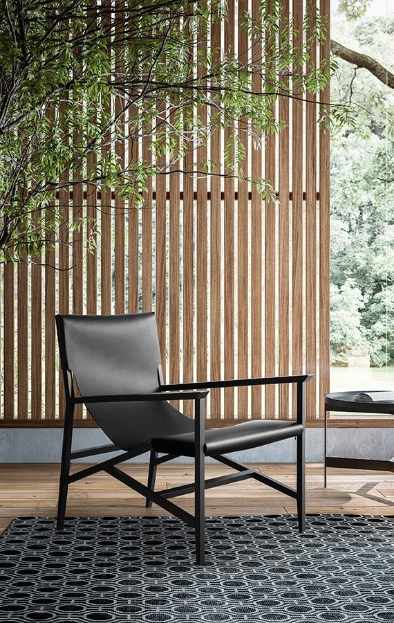 potrona con struttura in legno e seduta in cuoio nera pianca