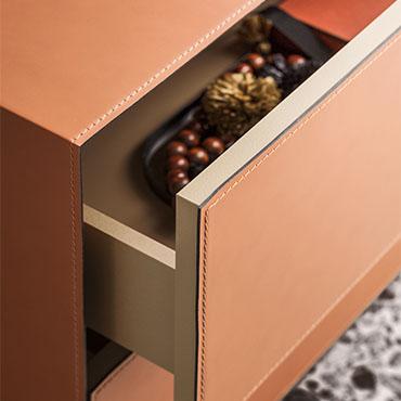 dettaglio cassetto comodino con rivestimento in cuoio arancione e cuciture comodino norma pianca