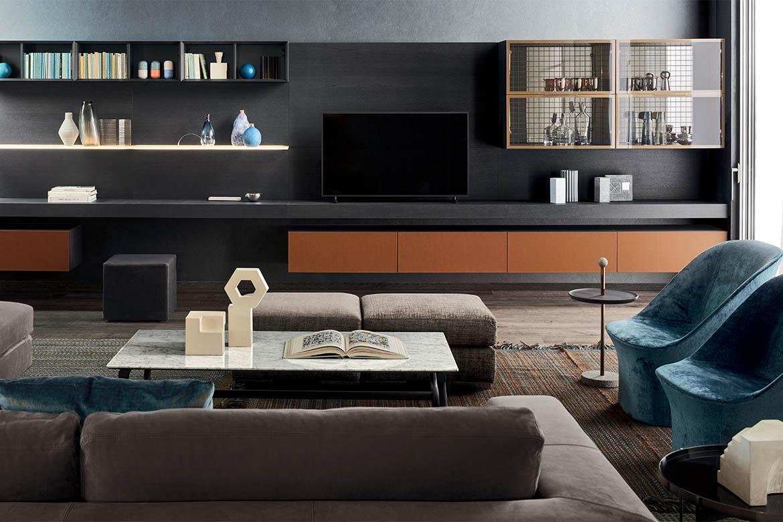 mobile per soggiorno con piano porta televisore contenitori con ante in cuoio, vetrina, moduli a giorno, mensole in vetro retroilluminate pianca