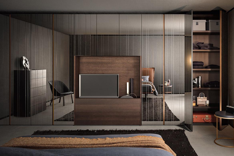 armadio con ante battenti con specchio inciso e modulo tv con cassettiera