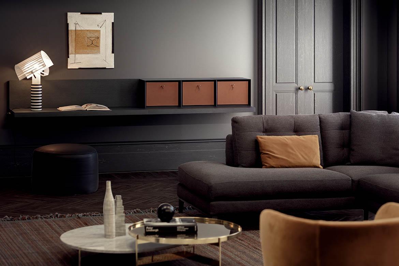 elle scrittoio a parete in legno color rovere grigio con moduli a giorno e contenitori in cuoio, pouf in pelle nera