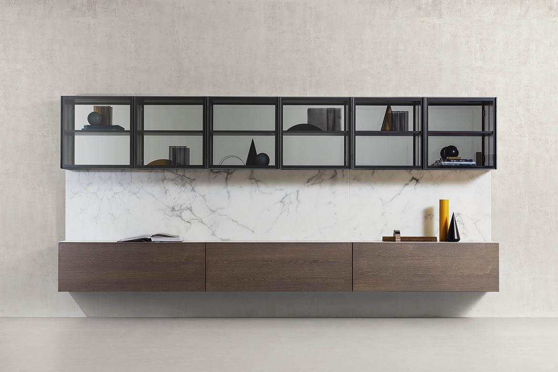 composizione sospesa fissata al muro con vetrina schienale in marmo materico e cassettoni in legno rovere laguna pianca
