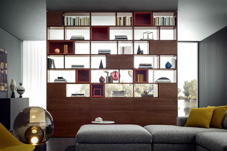 libreria bifacciale con moduli a giorno rivestiti con retropannelli in legno, cassettoni a ribalta