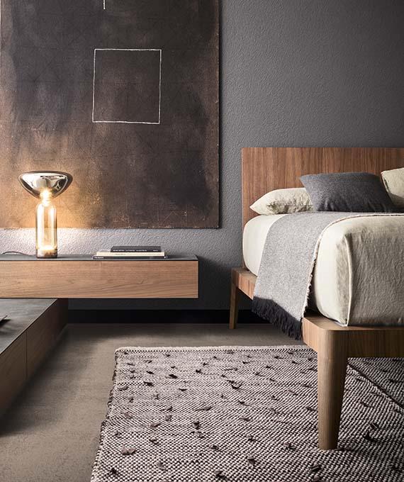letto spillo in legno canaletto e comodino spazio in legno con top in pietra pianca, tappeto ulisse tessoria asolana