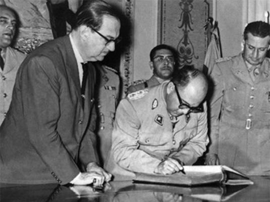 In Venezuela, Giambattista realizza l'urna della costituzione voluta da Marcos Pérez Jimenez. Enrico rientra in Italia.