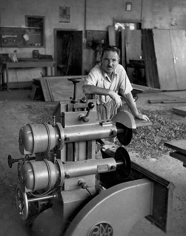 1956 Da bottega artigiana, Pianca diventa una realtà industriale. Si producono camere di letto e soggiorni.