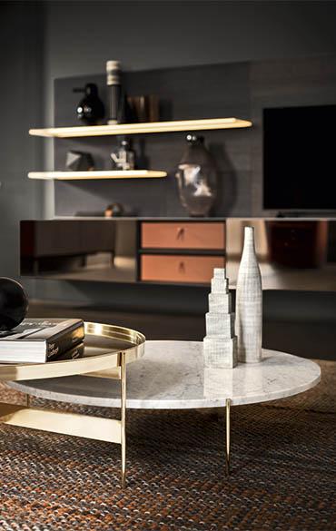 tavolino con base metallica in oro e piano in marmo pianca