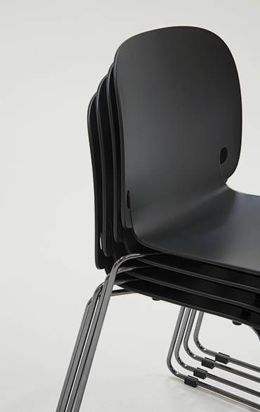 sedia moderna con base a slitta impilabile