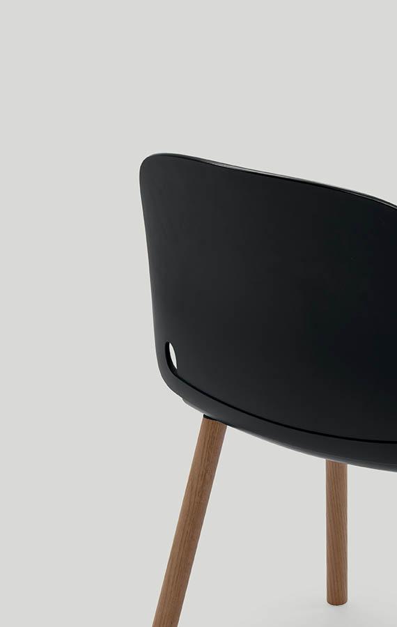 intro sedia in poliuretano nero con gambe in legno canaletto design odo fioravanti perpianca