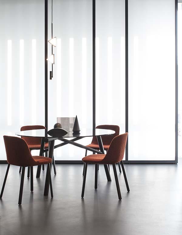 nuovo showroom pianca tavolo maestro e sedie esse