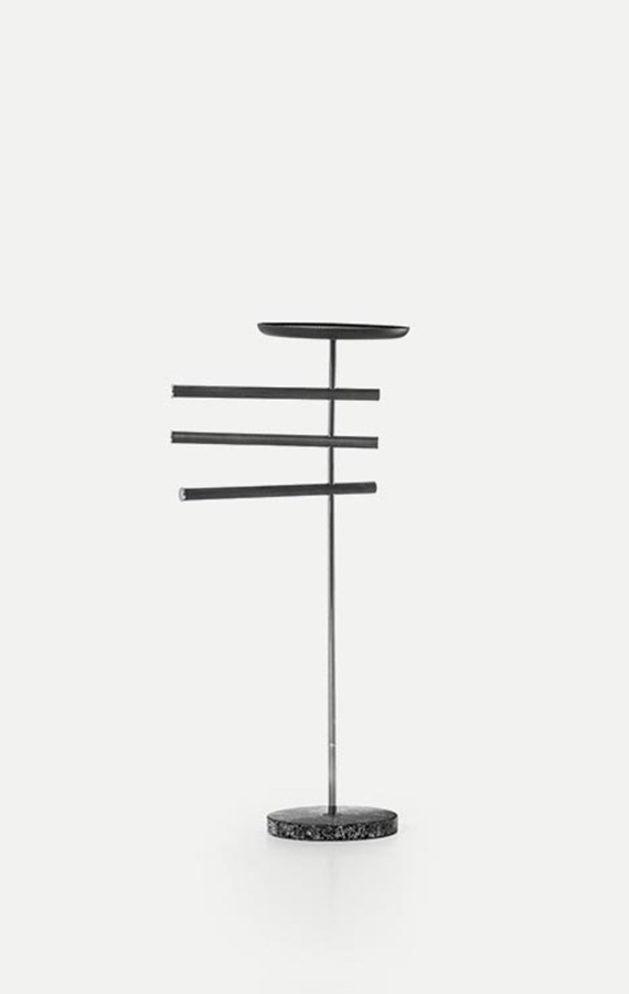 valet stand with rods with terrazzo base tubola structure in titanio color pianca