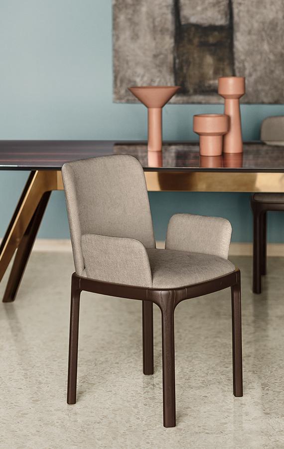 sedia imbottita con tessuto beige, braccioli e gambe in legno massello rovere tabacco pianca