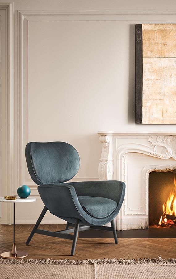 laurie poltrona disegnata da Calvi Brambilla con rivestimento in pelle color azzurro e gambe in legno rovere grigio, tavolino baio con piano in marmo gioia di carrara pianca