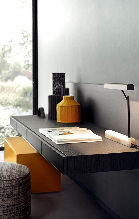 scrittoio fissato a muro con pannelli in legno pianca