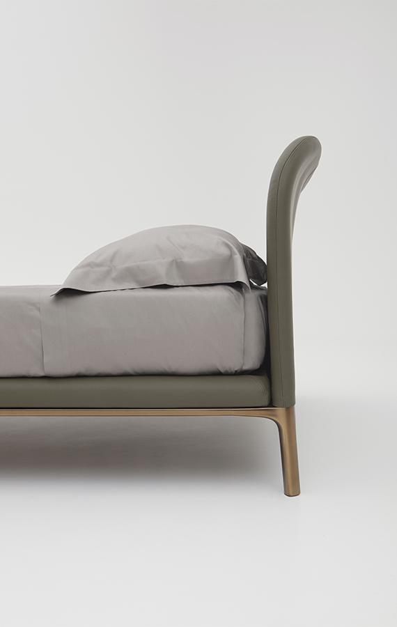 letto con gambe in metallo e rivestimento in pelle sostenibiledesign Philippe Tabet