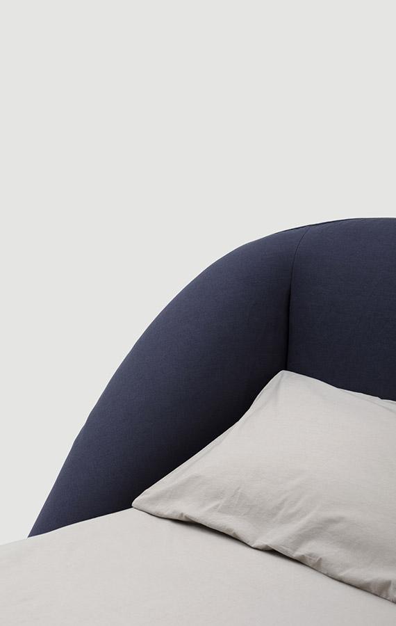 Pianca letto Domenica, con sommier contenitore o piedi in metallo, giroletto e testiera avvolgente in tessuto, pelle o pelle sintetica