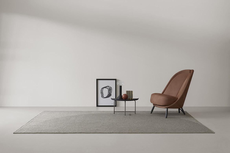 tappeto moderno di design con disegni geometrici, lampada da tavolo milu di design pianca
