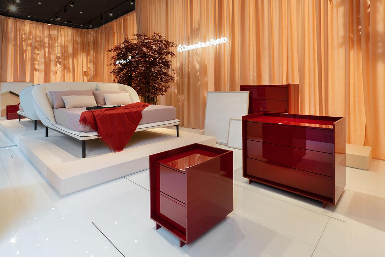 letto imbottito in tessuto bianco design Simone Bonanni per pianca e complementi zona notte comodini, como rossi